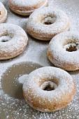 Gebackene Doughnuts mit Puderzucker