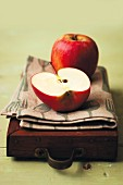 Kiku-Äpfel, ganz und halbiert