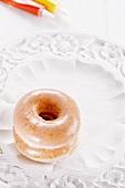 Zwei Doughnuts mit Zuckerglasur