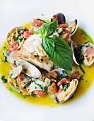 Fisch und Muscheln mit Knoblauchsauce und Basilikum