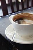 Kaffee in einer weissen Tasse