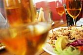 Gebackene Meeresfrüchte und Weissweingläser