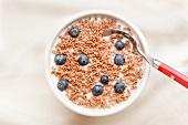 Cornflakes mit Milch und Blaubeeren