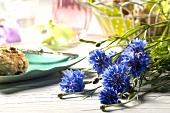 Kornblumen und Vollwertbrötchen