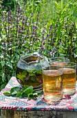 Minztee in Teekanne und Gläsern