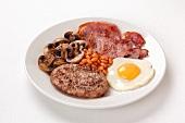 Englisches Frühstück mit Baked Beans, Bacon und Spiegelei