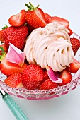 Baisergebäck mit Kastaniencreme gefüllt und frische Erdbeeren