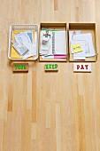 Beschriftete Ablagen mit Notizen auf Schreibtisch