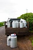Milchkannen auf Lastwagen (Sao Jorge, Azoren)