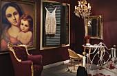 Schlafzimmer mit barocken Stilmöbeln, Lüster und großem Marienbild in Öl an dunkelroter Wand