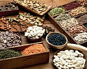 Verschiedene Hülsenfrüchte und alte Küchenwaage