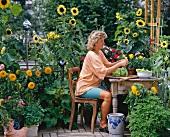 Frau mit Salat auf sommerlicher Terrasse