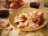 Reifer Gouda, Apfelstücke, Feigen und Cracker, Rotwein
