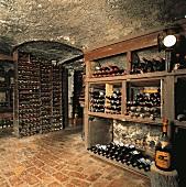Weinflaschen lagern im Weinkeller (Italien)