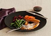 Truthahnbraten mit Gemüsebeilage & Cranberries auf Teller