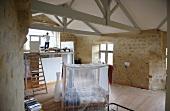 Rückzugsraum im Château Maignaut mit Holzbalkendecke und historischen Sandsteinwänden