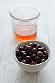Schwarze Oliven im Schälchen