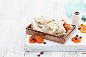Crepe-Päckchen in Karton mit getrockneten Aprikosen & Schokodrops