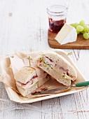 Halbiertes Truthahnsandwich mit Brie & Cranberryrelish