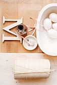 Stillleben mit Hühnereiern, Küchengarn, Holzbuchstabe & Muschelschalen