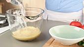 Bulgur in eine Glasschüssel geben und mit lauwarmem Wasser übergiessen