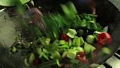 Gemüse in einen Wok geben und anbraten