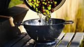 Gewaschene Oliven in ein Sieb geben