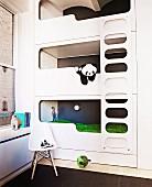 Kinderschlafzimmer mit modernem Einbaustockbett im Designerstil in einem Loft