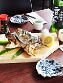 Gegrillte Fischköpfe mit Zitrone und Sojasauce