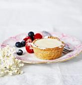 Elderflower tartlet with berries and icing sugar