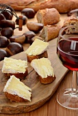 Bread topped with Camembert, chestnuts and red wine