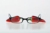 Zwei rote Chilischoten mit Brille