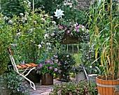 Sommerlich blühender Balkon mit üppiger Blumendekoration von blau bis violett