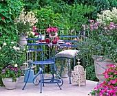 Blühender Balkon in pink, rosa und weiss mit filigranen Balkonmöbeln