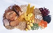 Kohlenhydratreiche Lebensmittel (Brot, Nudeln, Hülsenfrüchte, Getreide, Kartoffeln)