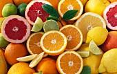 Zitrusfrüchte, ganz und halbiert