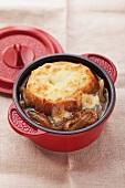 Französische Zwiebelsuppe mit überbackener Baguettescheibe