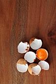Eierschalen auf Holzuntergrund