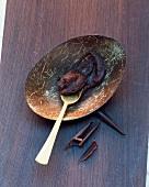Bananen-Schokoladen-Konfitüre auf Teller mit Löffel