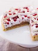 Baiserkuchen mit roten Johannisbeeren, angeschnitten