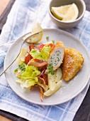 Backhendl mit würziger Füllung und Zitronenpanade dazu Kartoffel-Endivien-Gemüse