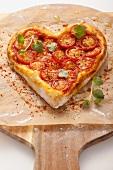 Herz-Pizza mit Tomaten