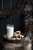 Zimtsterne und ein Glas warme Milch