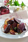 Oven-roasted beetroot with onions