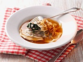 Swabian ravioli soup with roast onions