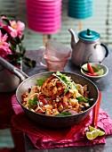 Thailändische Nudelpfanne mit Tofu, Hähnchen und Garnelen