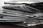 Stapel gelesener Zeitungen