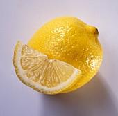 Zitrone und halbierte Zitronenscheibe