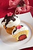 Cupcake mit Erdbeer-Trüffel gefüllt