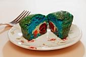 Bunter Muffin mit Obstfüllung